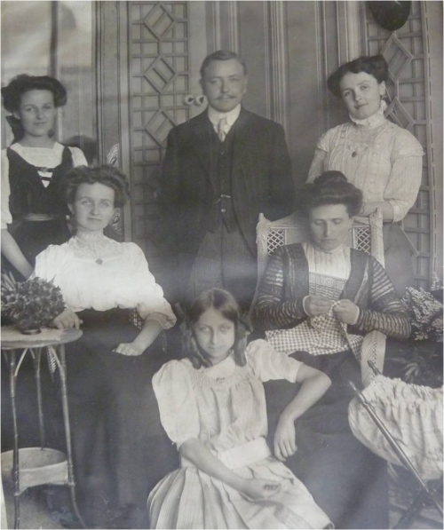 1909 Femmes Vautrin et Paul Boucher.jpg