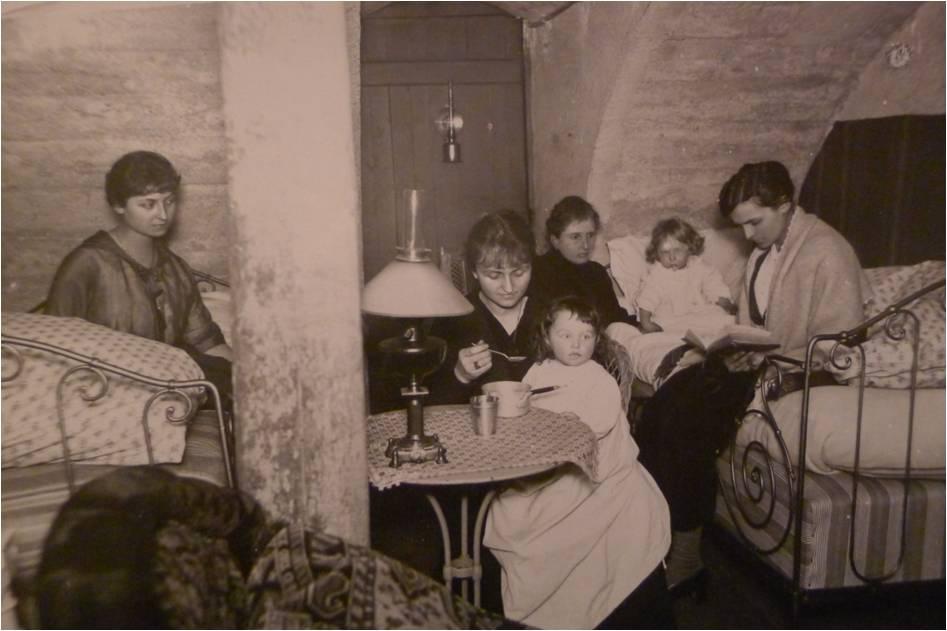 1917 Famille Vautrin dans la cave Cours Léopold-Yvonne Madeleine Marguerite et 2 fillettes.jpg