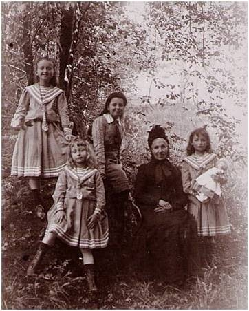 Gercourt 1 Image1 Mme Vautrin et ses 4 petites-filles.jpg
