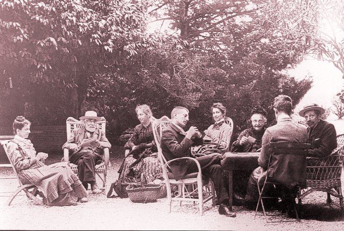 7-1904-1905 Callies Après-midi sur la terrasse vieille maison saintjorioz.jpg