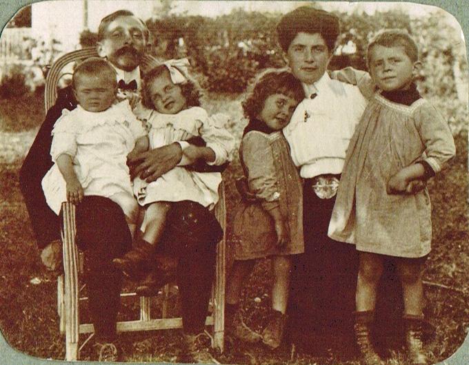 25-1908 Papa et ses deux filles - Maman et ses deux fils - Pringy A1-27-07 Photoshop PNG.png