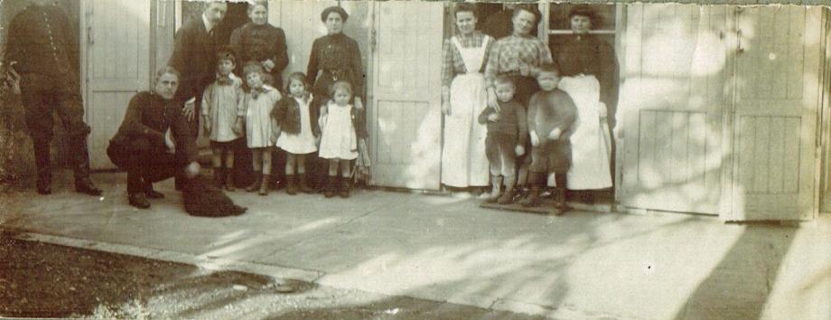 26-1908 -Valence- Papa mère Zi Maman les quatre petits l'ordonnance les bonnes et le chien Grillon - A1-27-09.png