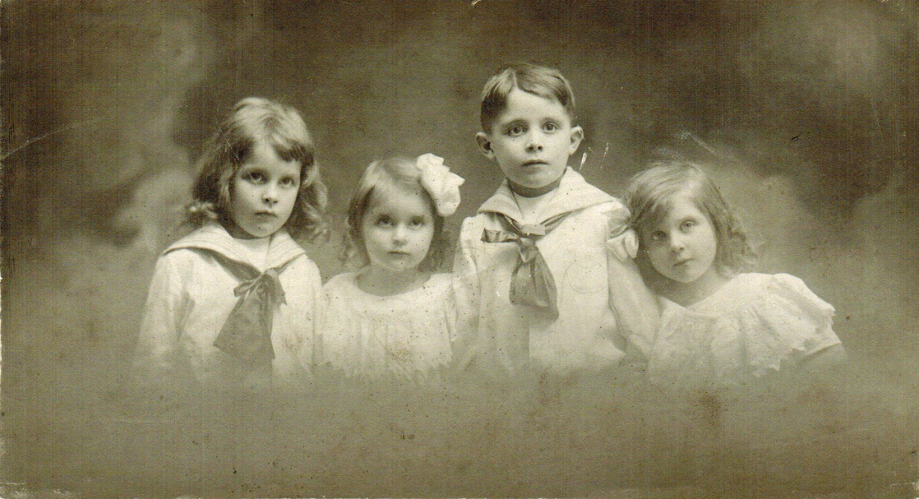 28-1910 - Enfants Favre Photoshop PNG.png