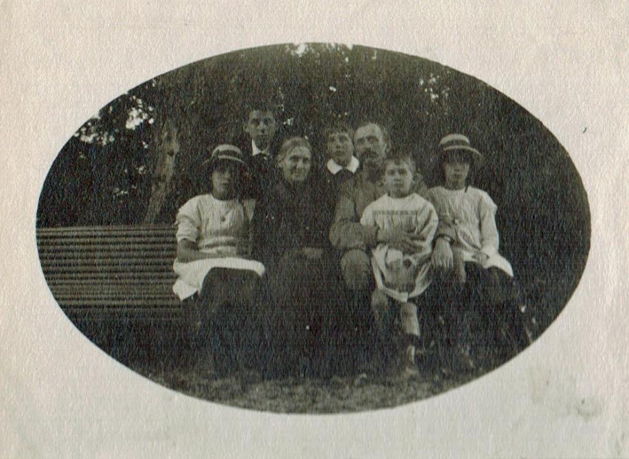 34-1915 St Jorioz Edouard Mère Zi et les enfants  Favre A1-28-06 Photoshop PNG.png
