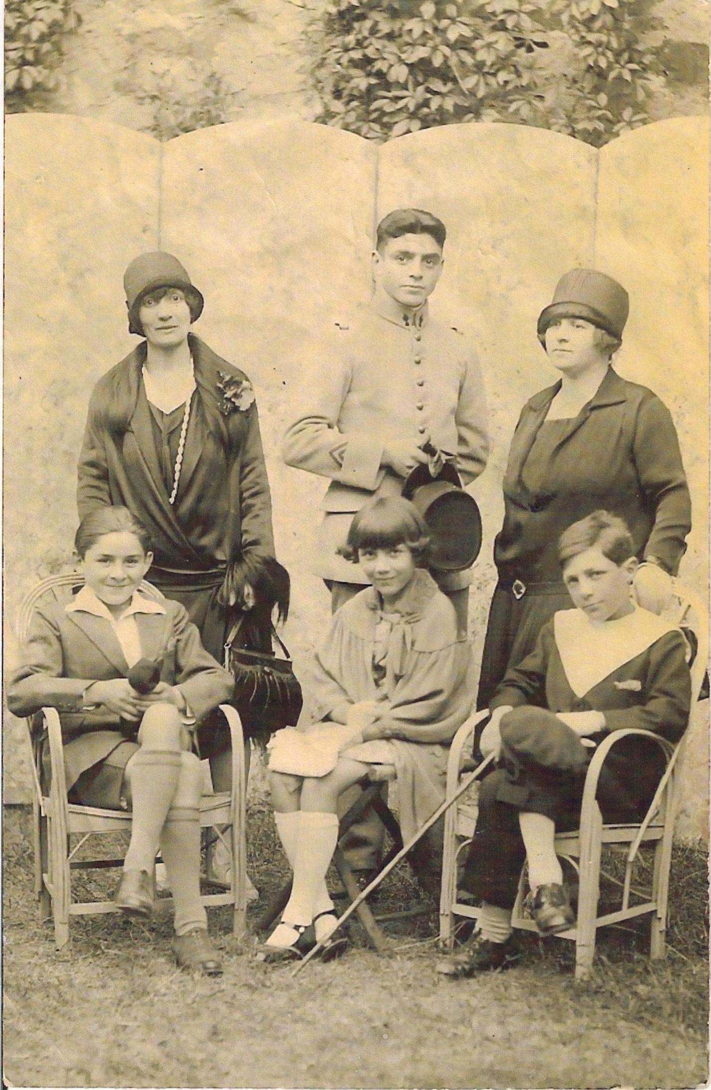 Vers 1930 Avec la famille Houot-Neral.jpg