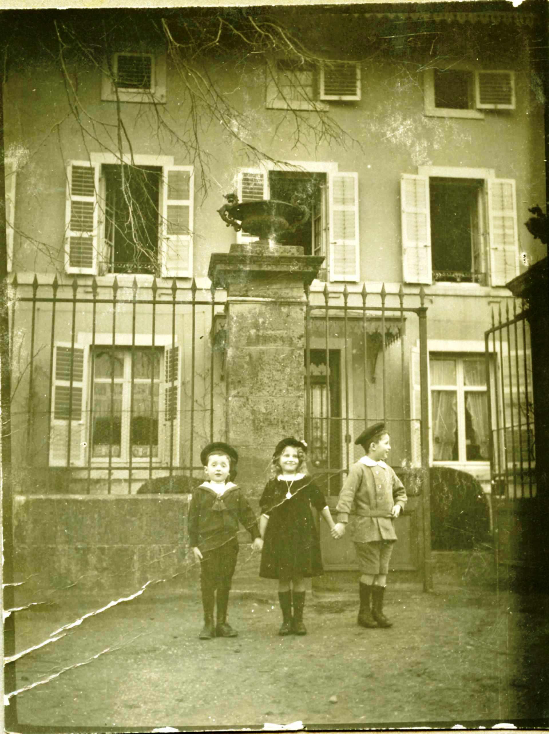 1915-2-Enfants Cuny devant maison-030 Corrigee.jpg