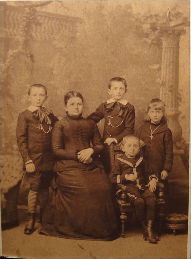 1884 Clementine Cuny et ses enfants.jpg