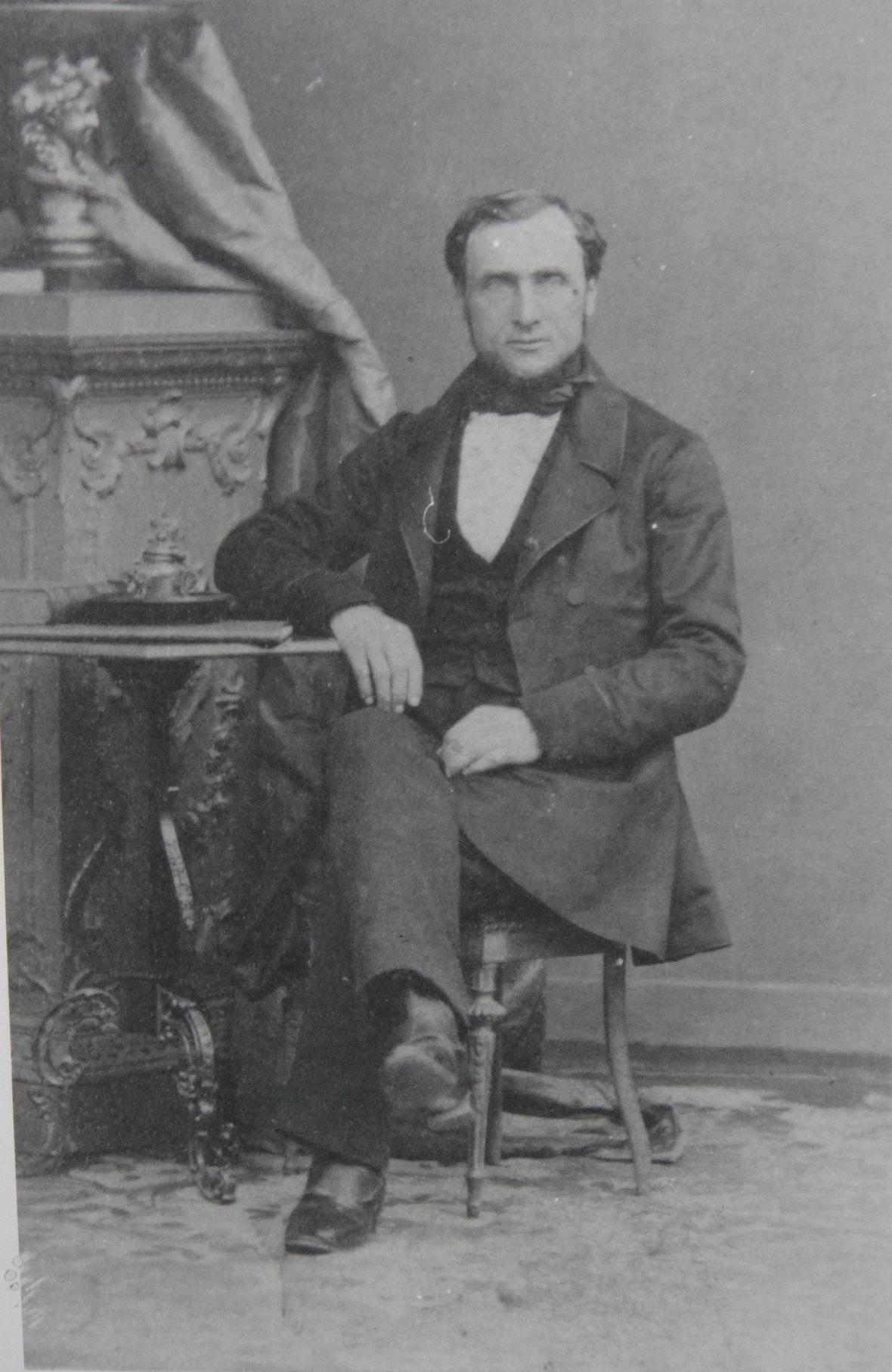 1860 Perrin Gérard-Georges assis Vers 1860 Recadre.jpg