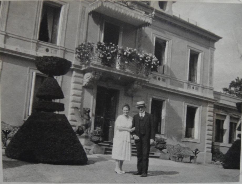 1925 A1-26-1 Georges et Mimi Cuny dvant la maiosn Cornimont 1925-DSC04813 ROGNE.jpg