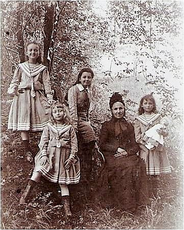 Image 5bis 1905 Mme Vautrin et ses petites-filles.jpg