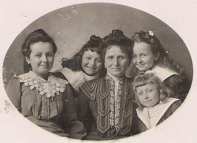 Image 6 1901 Anna Vautrin et ses filles ORIGINAL.jpg