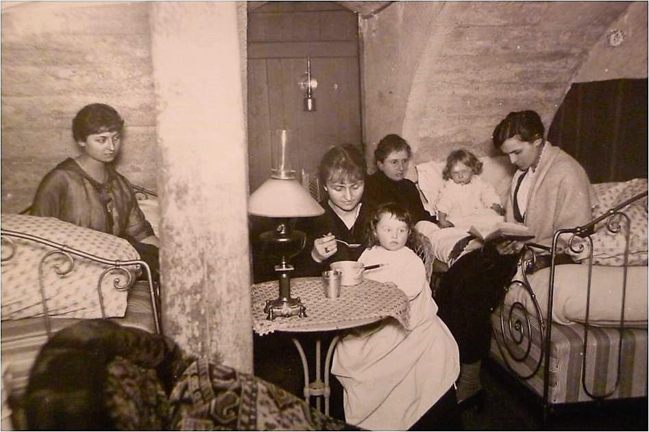 Image 33 1917 Famille Vautrin dans la cave Cours Léopold-Yvonne Madeleine Marguerite et 2 fillettes.jpg