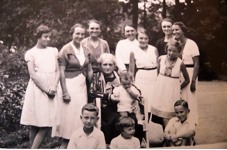 Image 39 1938 Anna Vautrin et petits-enfants.jpg