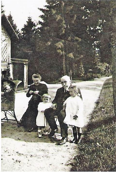 Image 47 1914 Anna et Alexis et petits-enfants.jpg