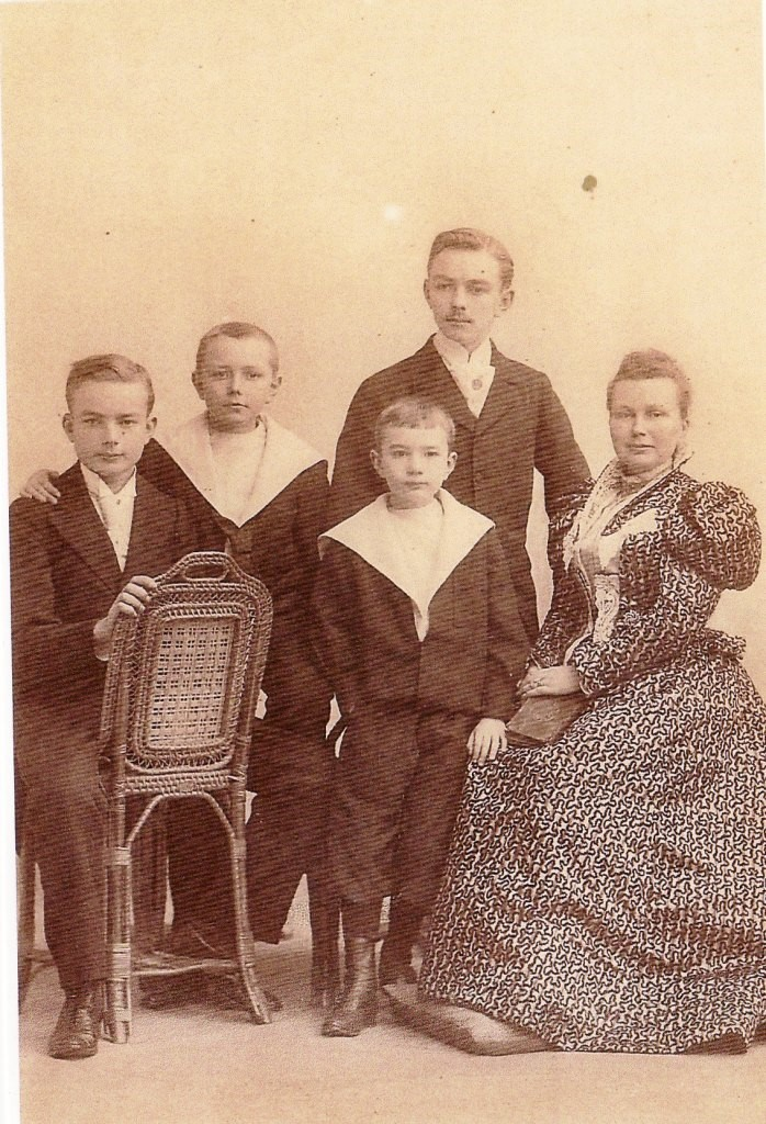 Image 7 1896  Marthe Boucher et ses 4 fils.jpg