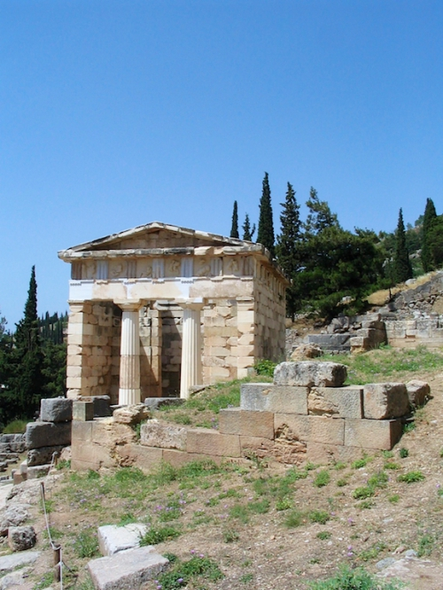 grèce delphe petit temple.jpg