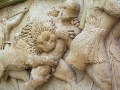 grèce bas relief lion.jpg