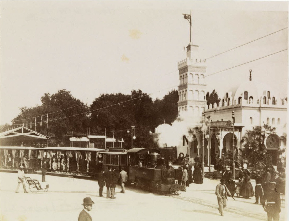 Le_chemin_de_fer_Decauville_devant_le_palais_de_l'Algérie_à_l'exposition_universelle_de_1889.-_Archives_nationales-_F-12-4055-F-G.jpg