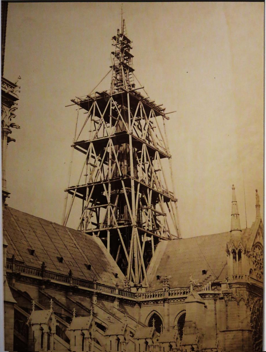 Échafaudages_de_la_construction_de_la_flèche_de_Notre-Dame_de_Paris.jpg