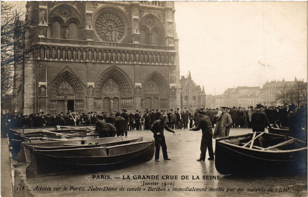 Janvier_1910_La_grande_crue_arrive_sur_le_Parvis_Notre-Dame.jpg