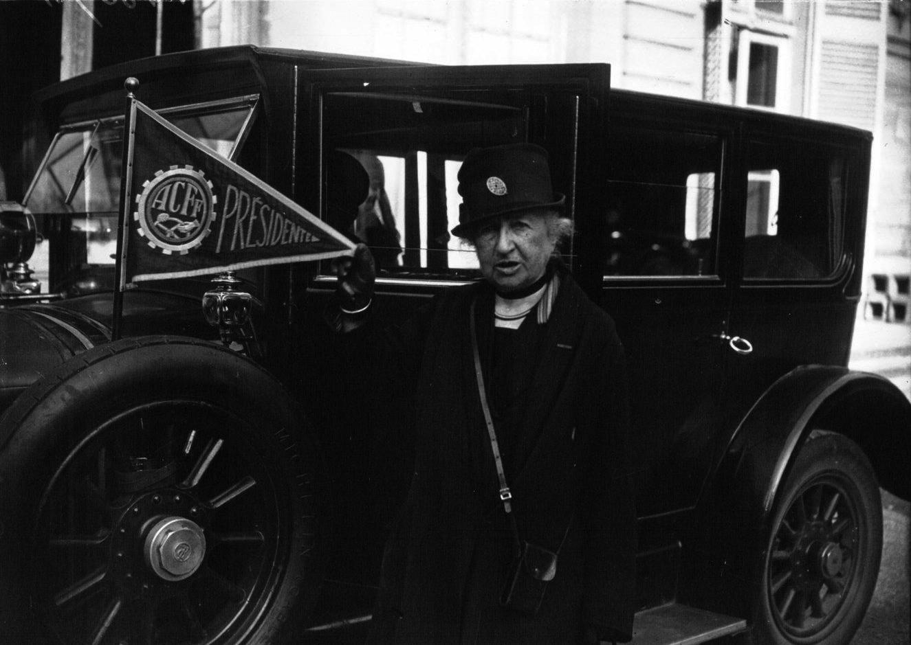 Duchesse_d'Uzès_-_présidente_de_l'Automobile_Club_féminin_-_1927.jpg