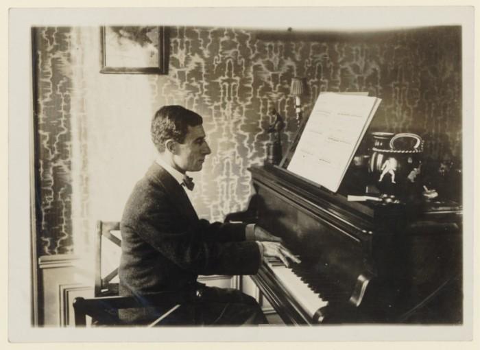 Maurice_Ravel_au_piano_1912_(2).jpg
