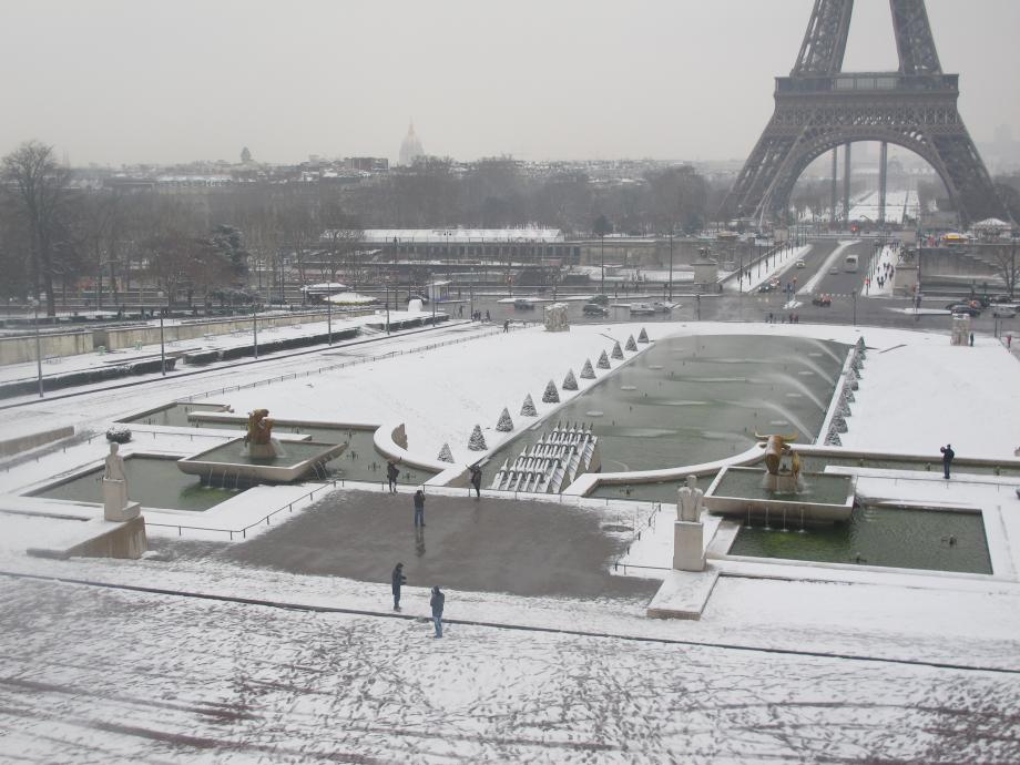 Fontaine_Trocadéro_-_tour_Eiffel_-_neige_1