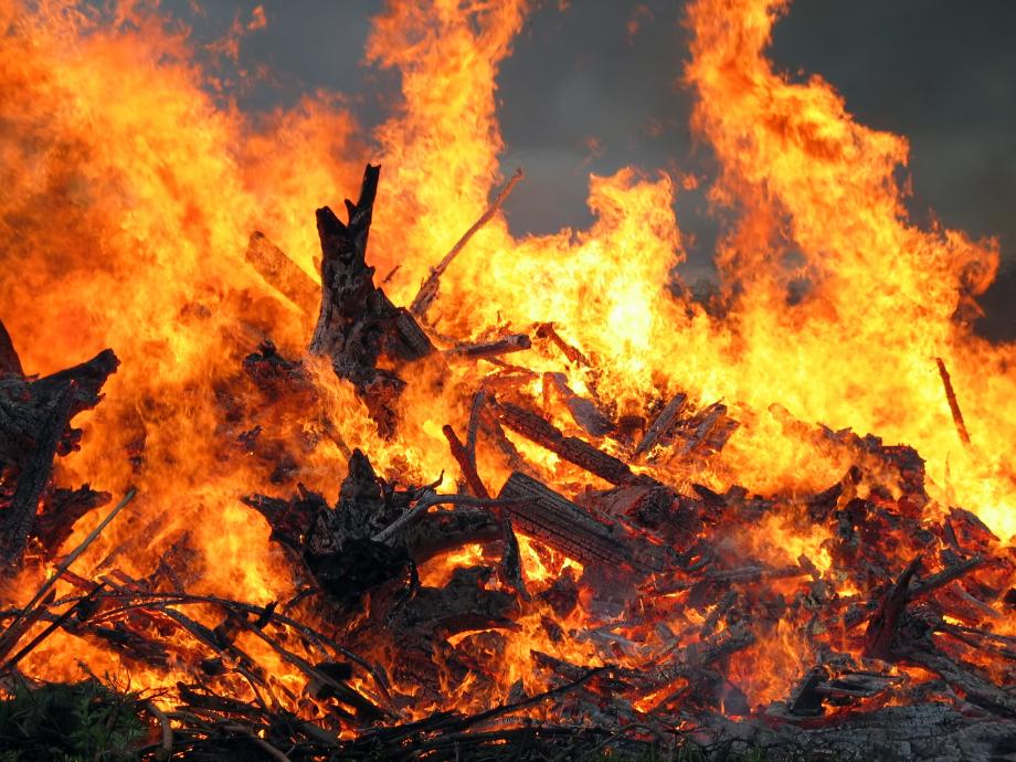 Midsummer_bonfire_closeup