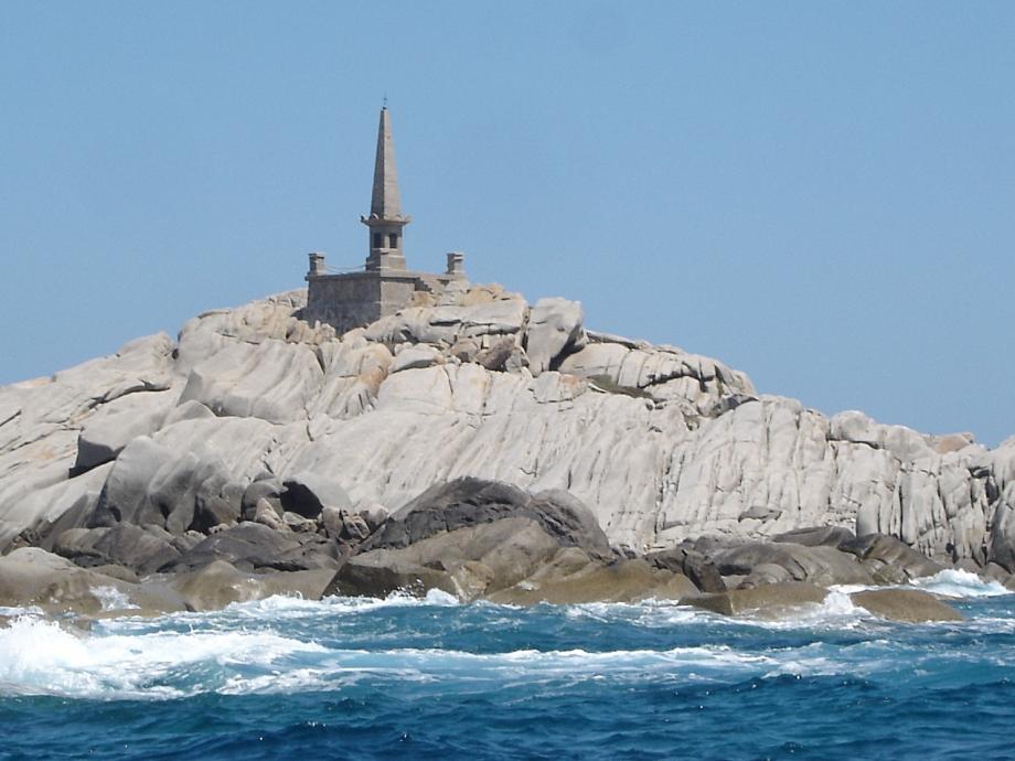 Pyramide_de_la_Sémillante_sur_les_îles_Lavezzi