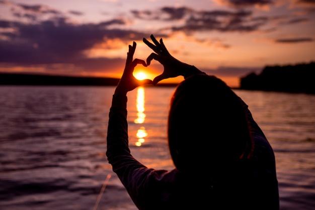 silhouette-femme-plage-au-coucher-du-soleil_155608-183.jpg