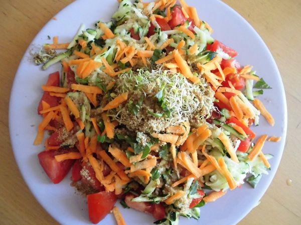 salade crue carottes courgettes tomates graines germées basilic frais gomasio huile de lin vinaigre de vin.JPG