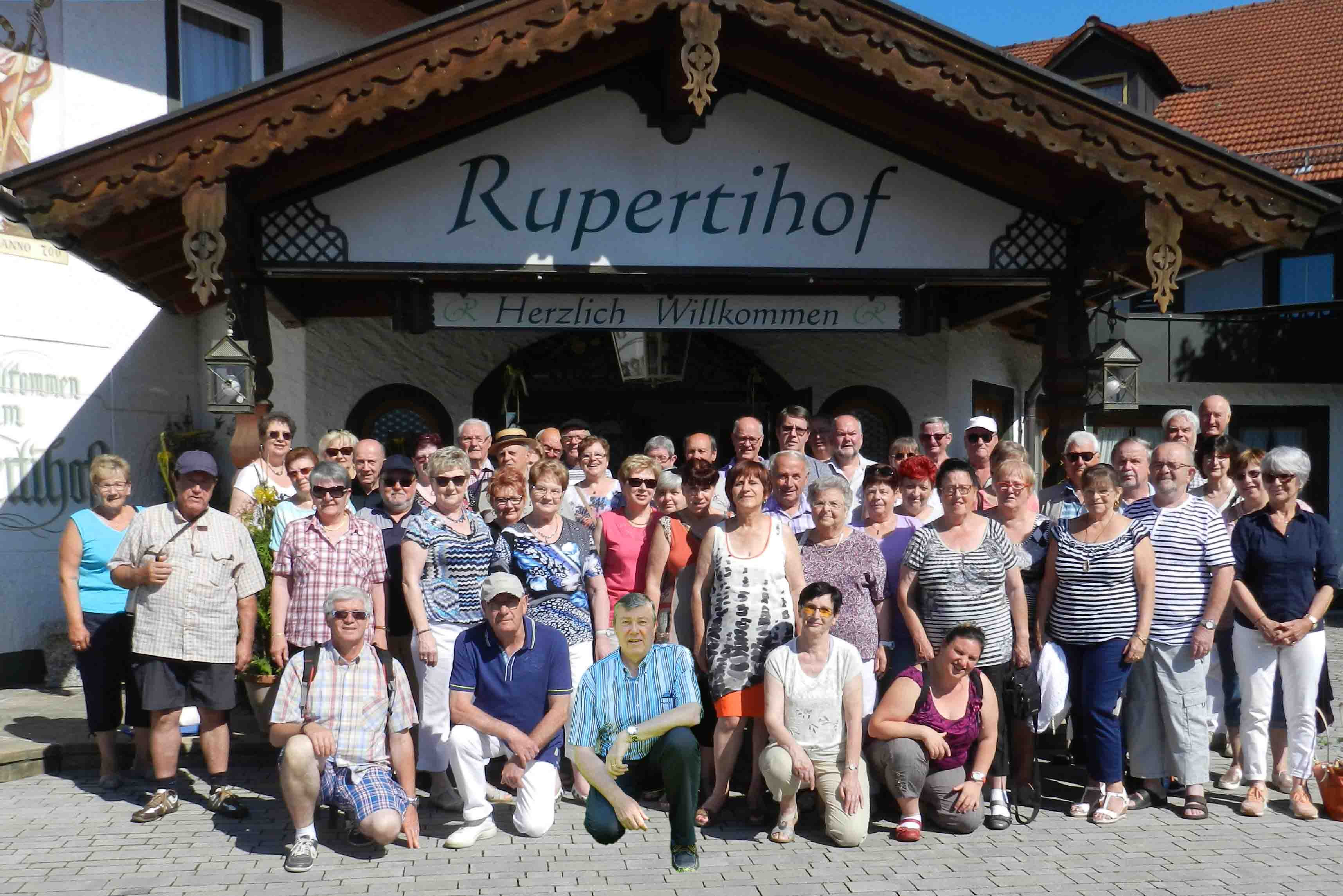 Groupe devant hôtel Rupertihok à Einring.jpg