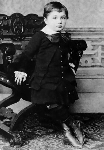 Albert_Einstein_at_the_age_of_three_(1882).jpeg