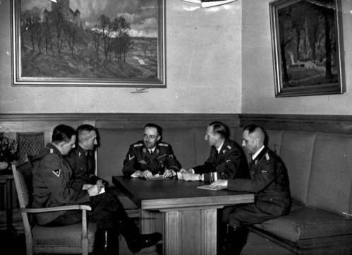 Bundesarchiv_Bild_183-R98680_Besprechung_Himmler_mit_Müller_Heydrich_Nebe_Huber.jpeg