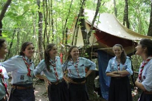 les-cheftaines-presentant-le-camp-scout-installe-dans-la_361835_536x358p.jpeg