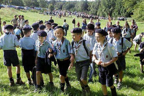 les-300-a-400-louveteaux-eclaireurs-routiers-et-guides-scouts-d-europe-ont-effectue-aujourd-hui-a.jpeg