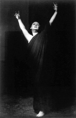 300px-Isadora_Duncan_(grayscale).jpeg