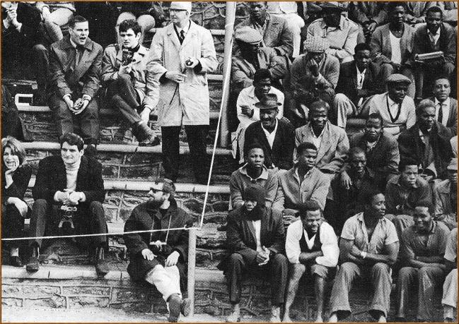Image-de-la-ségrégation-raciale-sous-le-régime-dApartheid-en-Afrique-du-Sud.-Blancs-et-Noirs-regardent-le-même-match._Ph-Gamma-Vassal.jpeg