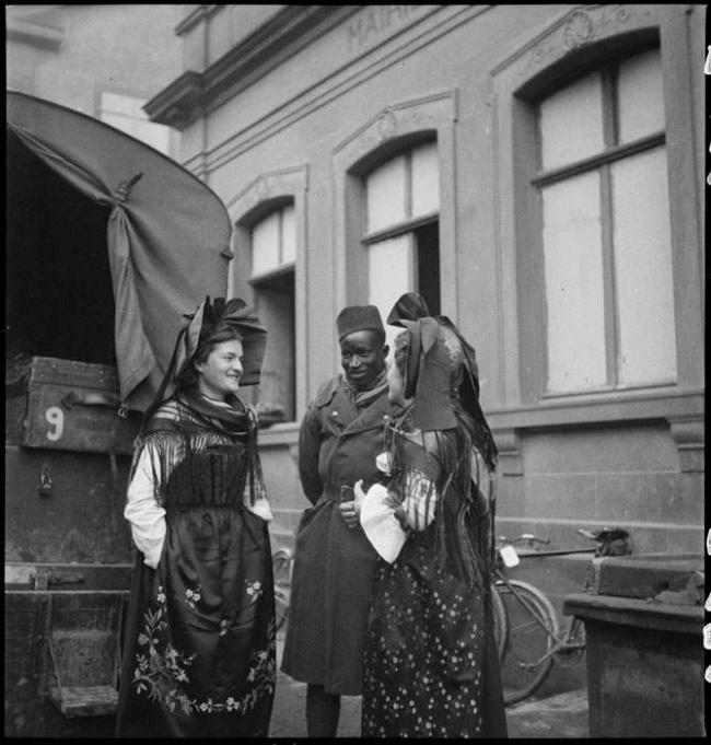 Tirailleurs-sénégalais-et-alsaciennes.-1939.-Collection-Eric-Deroo..jpeg