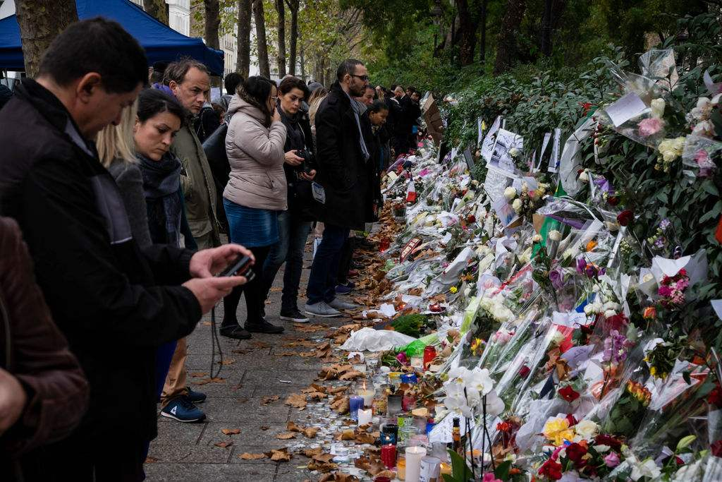 Des-fleurs-et-bougies-deposes-a-proximite-du-Bataclan-le-14-novembre-2015_exact1024x768_l.jpg