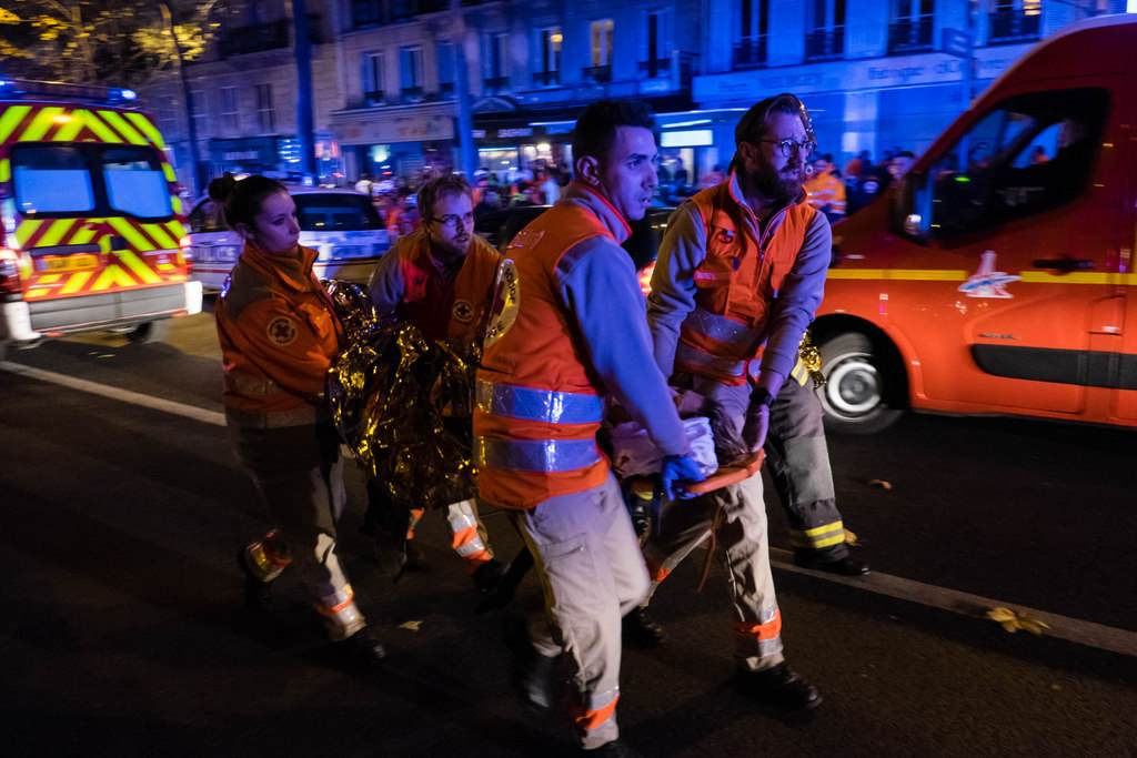 Des-ambulanciers-non-loin-du-Bataclan-le-13-novembre-2015_exact1024x768_l.jpg