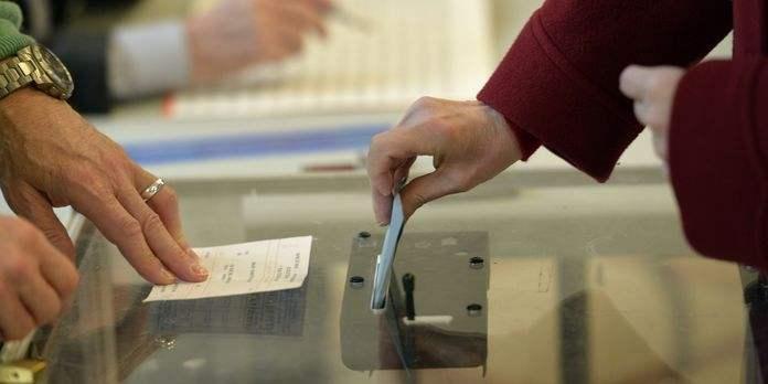 4387942_3_a278_dans-un-bureau-de-vote-parisien-le-23-mars_58e10af1e312e059e7e854eb4f0d67d0.jpg