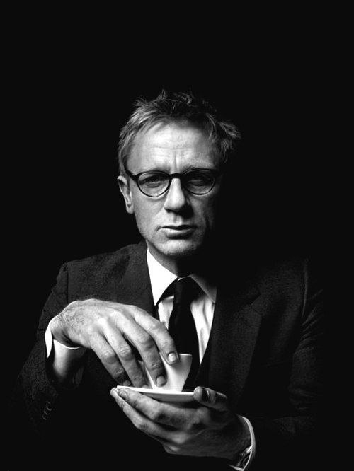 daniel_craig_in_a_suit_drinking_coffee.jpg