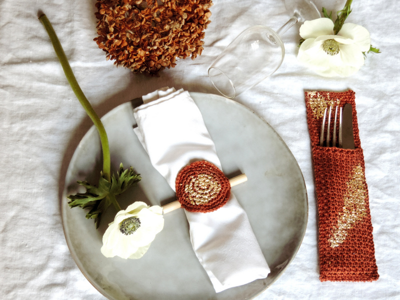 diy deco de table un range couverts et un rond de serviette crochet et or