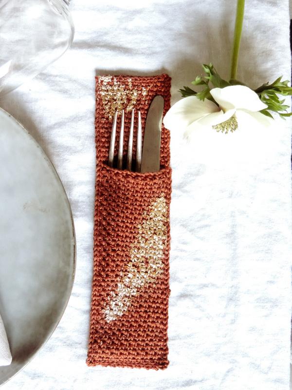 diy deco de table un range couverts et un rond de serviette crochet et or 2