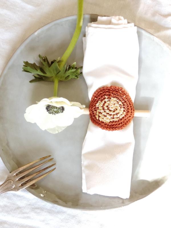 diy deco de table un range couverts et un rond de serviette crochet et or 4