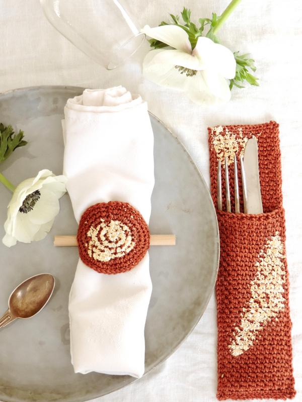 diy deco de table un range couverts et un rond de serviette crochet et or 5