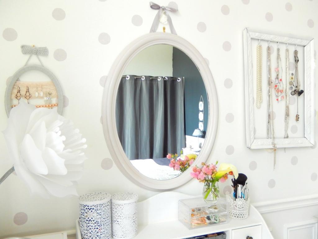 Diy customiser un miroir classique en miroir romantique for Miroir classique