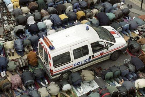 ByOtYRyIUAA1q0f  Véhicule de police immobilisé par les bics en PRIERE.jpg