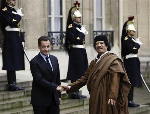 khadafi   reçu  par  sarko  a l'élysée.jpg